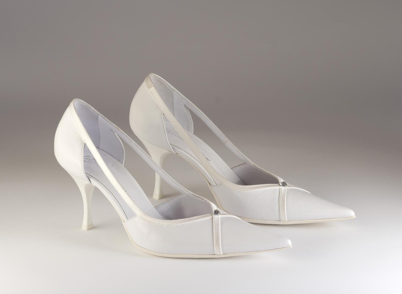 Scarpa donna elegante da sposa e cerimonia in pelle bianca con inserti in tessuto di raso e applicazione di cristallo svarovsky Guido La Rocca cod.G638