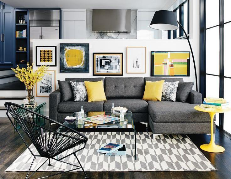 Arredamento salotto con cuscini e tavolino gialli