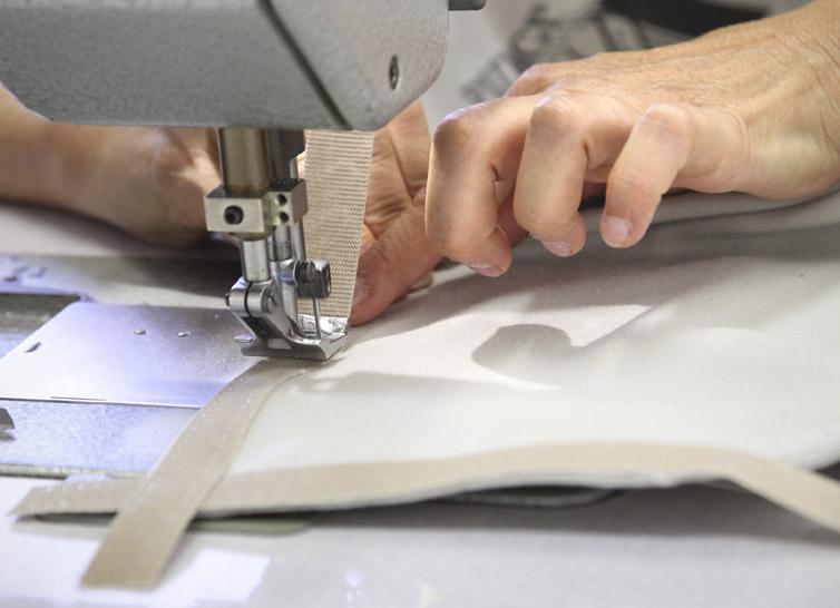 Lavorazione artigianale con macchina da cucire