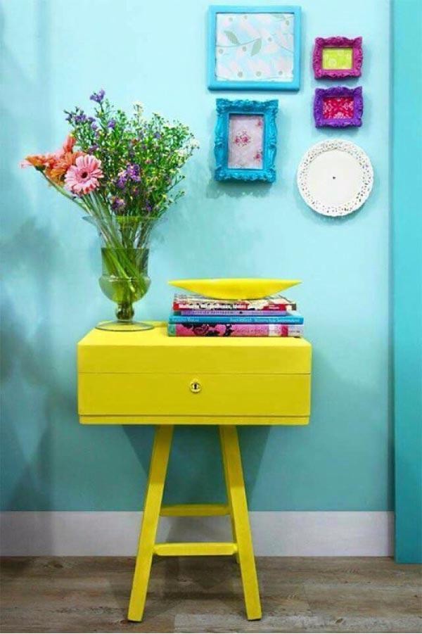 Comodino legno giallo con vaso di fiori per festa della donna