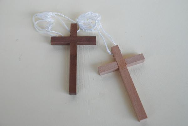 Croce con cordoncino in legno