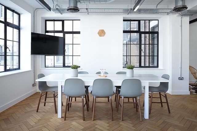 tavolo con sedie attorno in un ambiente luminoso