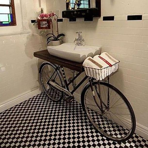 lavabo realizzato utilizzando una bicicletta