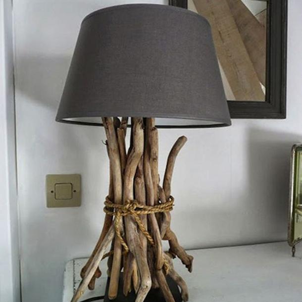 lampada da tavolo realizzata con ceppi di legno