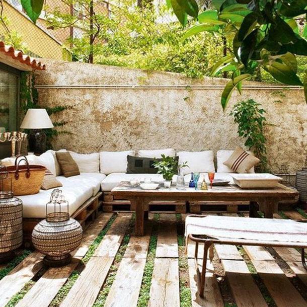 divano fatto con bancali di legno