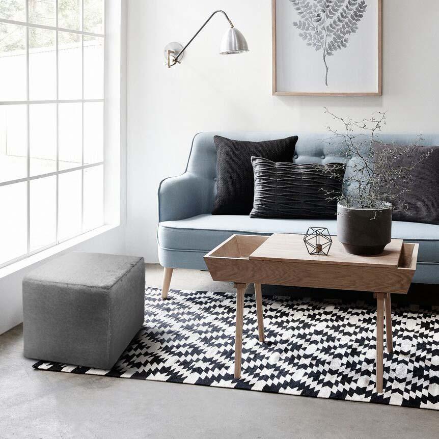 Soggiorno con divano tavolino e pouf