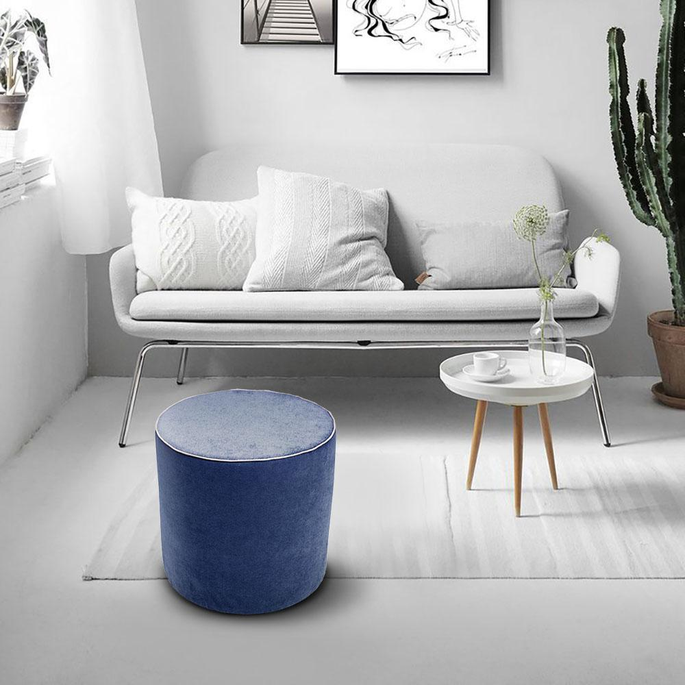 salotto con pouf rotondo aramis in tessuto blu con divano sullo sfondo