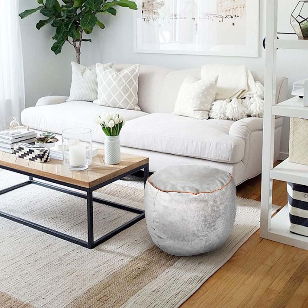 salotto con tavolino in legno e pouf Porthos in tessuto grigio