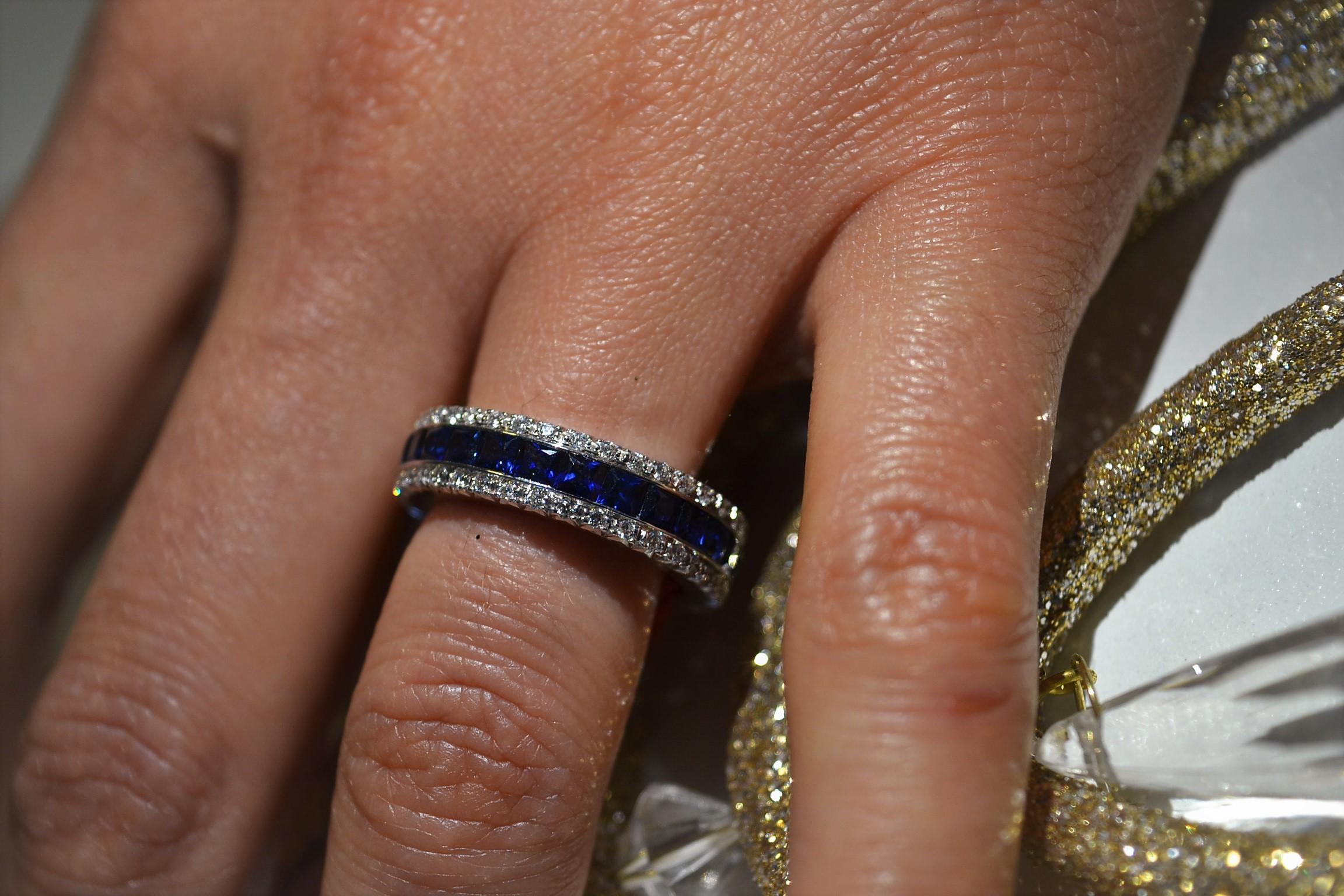 Anello fedina oro bianco con Zaffiri blu e diamantini