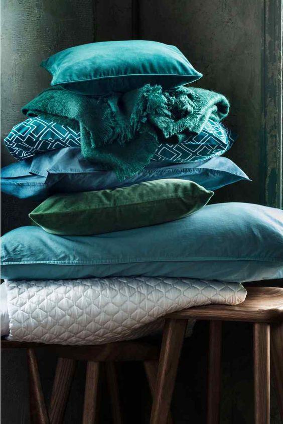Cuscini di tendenza in velluto con turchese su sgabello in legno