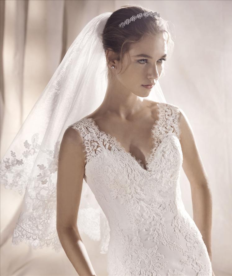 Abito sposa a sirena in pizzo con spallina larga e scollo a v  mod. SAEKO linea WHITE ONE