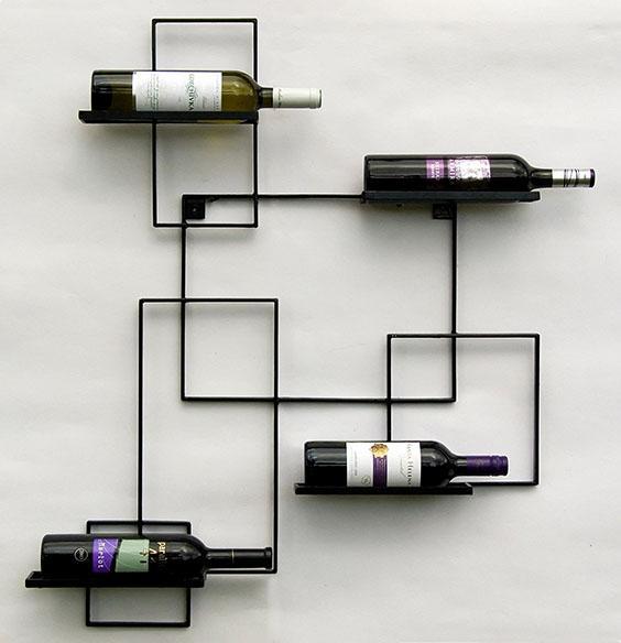 Cantinetta di design realizzata con un telaio in ferro con bottiglie di vino appoggiate