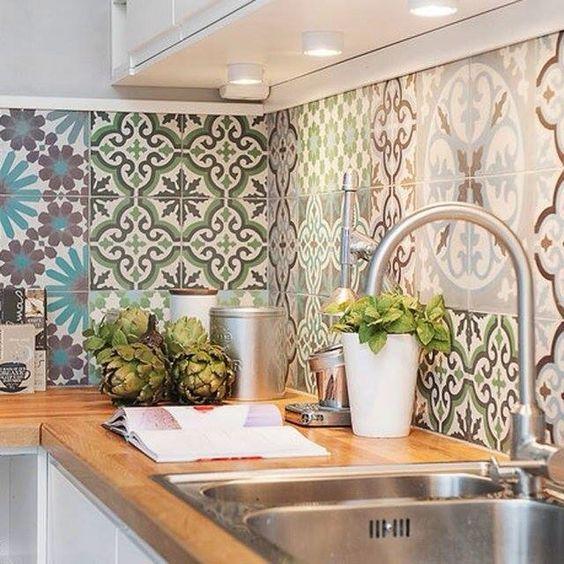 Cucina con piastrelle con molteplici disegni geometrici in bianco e nero