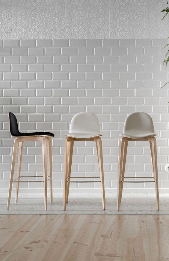 Sgabelli di design con base in legno e sedute in tessuto