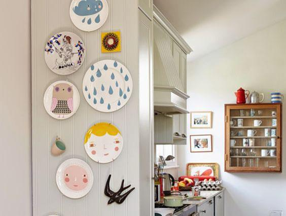 Serie di piatti appesi alle pareti con immagini colorate