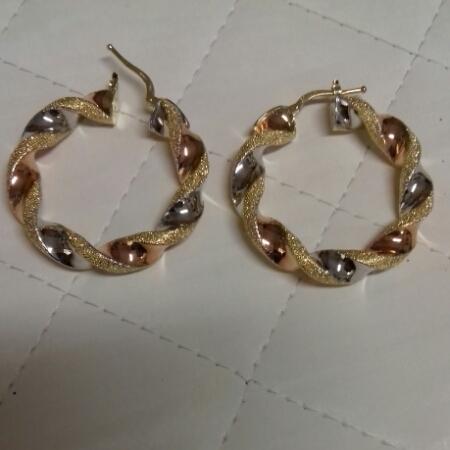 Orecchini ad anelle in oro 750: bianco, giallo, rosso con lavorazione a puntinatura, vendita on line | OROLOGERIA BRUNI Imperia
