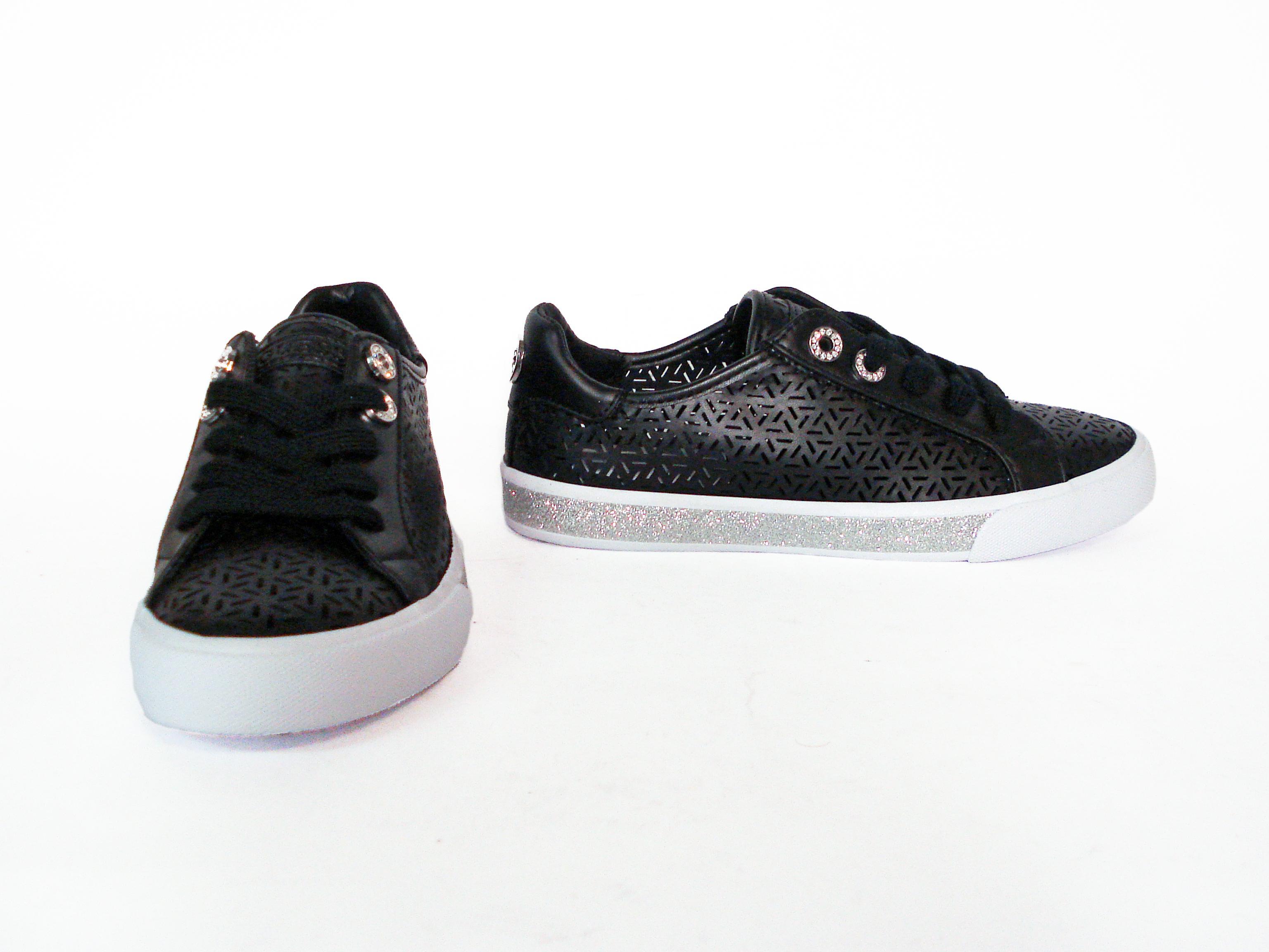Sneaker nera o bianca traforata Guess