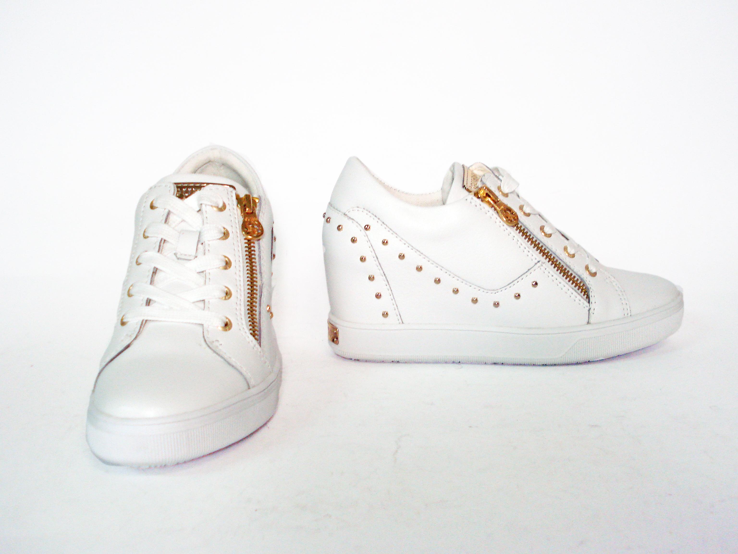 new styles 5a5a5 98e7b Sneaker bianca con zeppa interna Guess