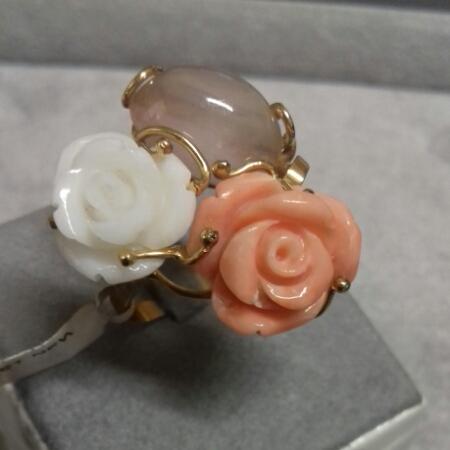 Anello donna in Oro giallo con rose in corallo e quarzo, vendita on line | GIOIELLERIA BRUNI Imperia