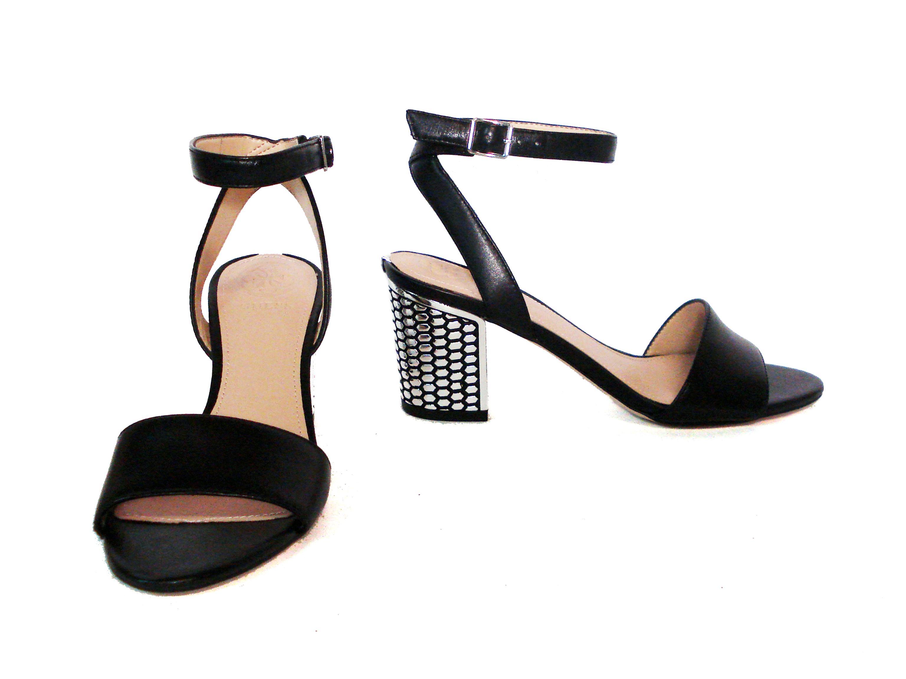Sandalo nero con tacco lavorato Guess