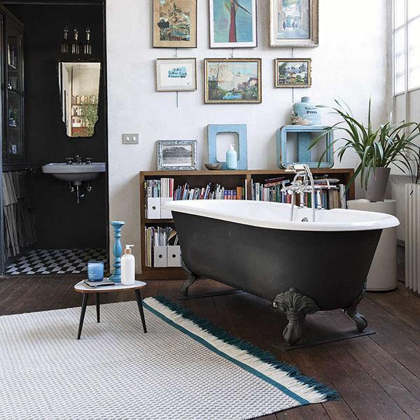 Tappeto moderno vicino a vasca da bagno