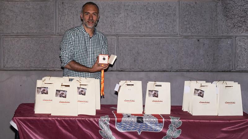 Il nostro orafo Federico Martini con le medaglie realizzate a mano per la Giostra Dell'Antenna