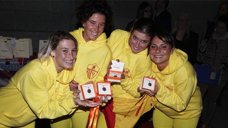 Le ragazze vincitrici della Giostra Dell'Antenna esibiscono le nostre medaglie