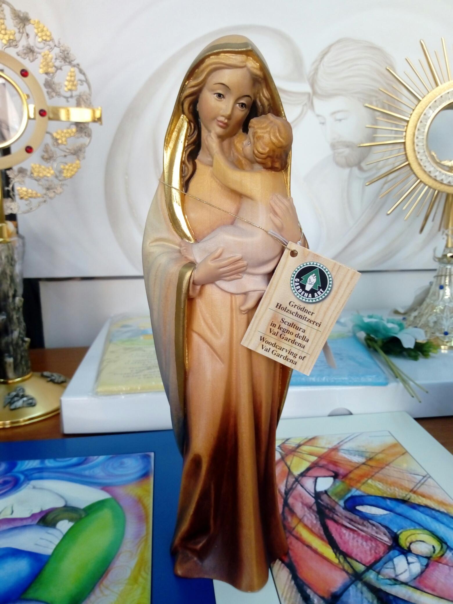 Statua in legno scolpito a mano della Val Gardena raffigurante Madonna con Bambino cm. 30 con finiture foglia oro.