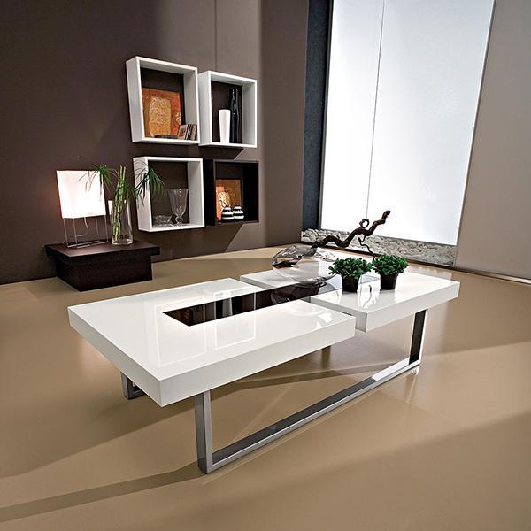Soggiorno minimal con tavolino bianco con gambe in acciamo lucido