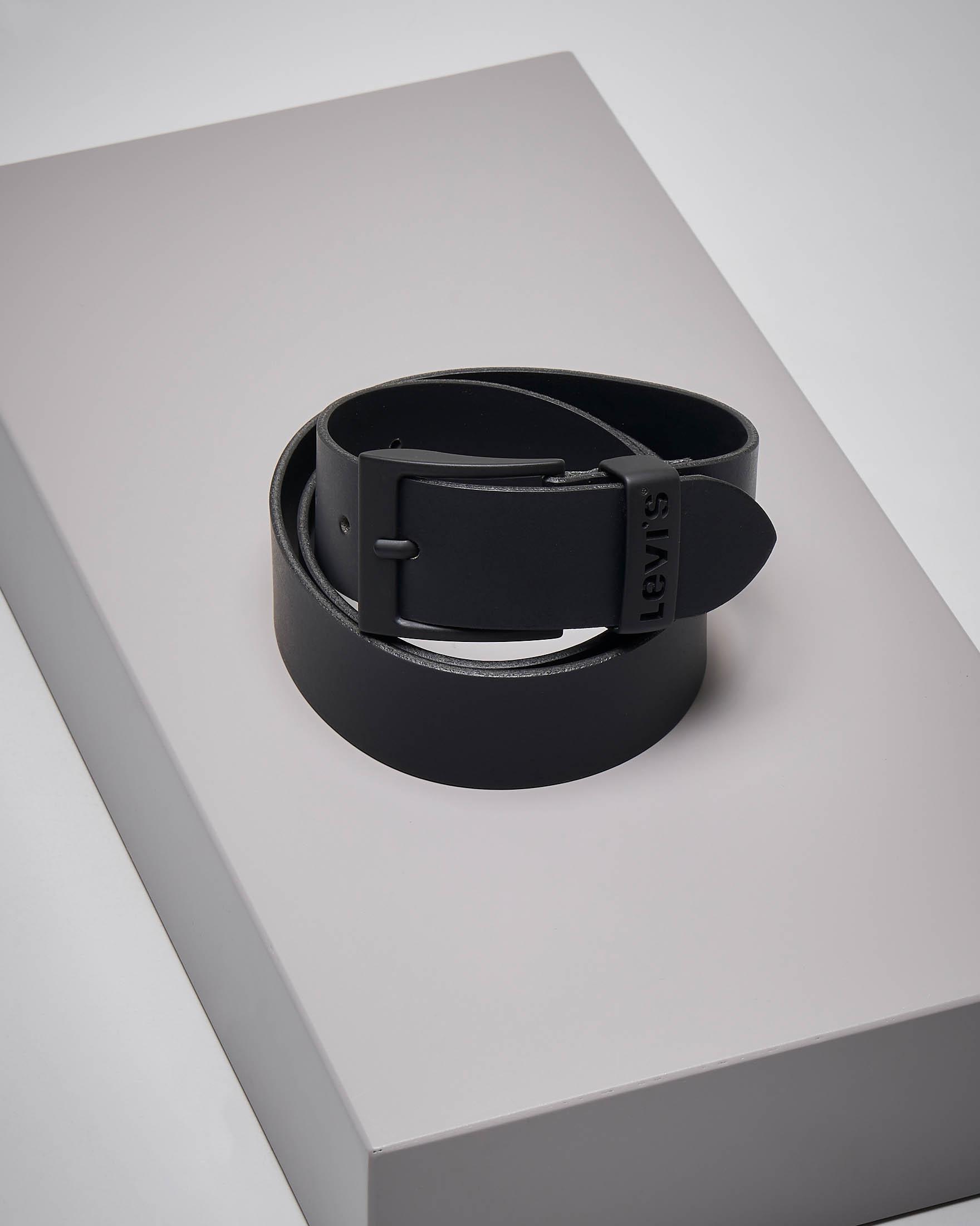 Cintura nera in pelle con fibbia tono su tono