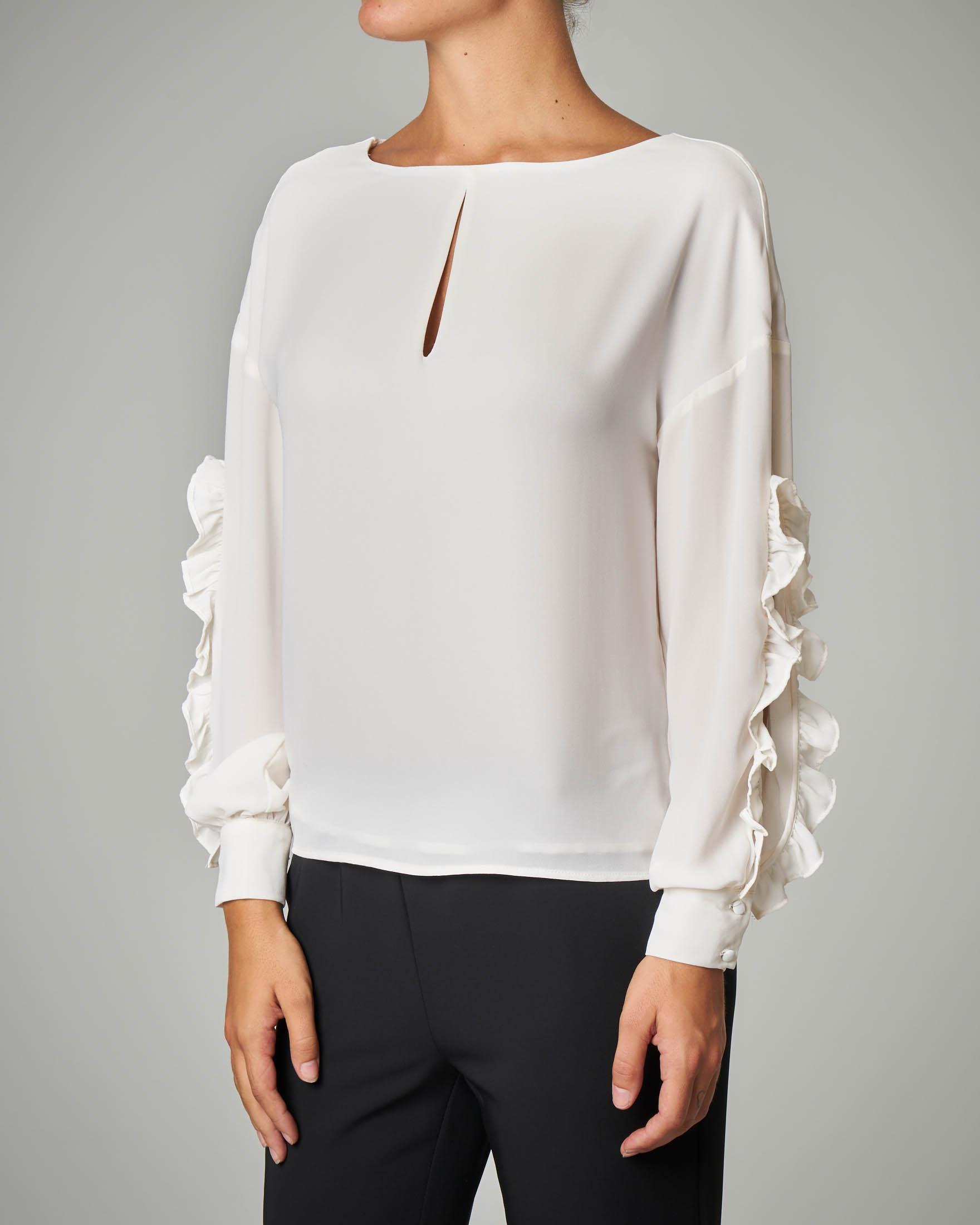 Blusa bianca con maniche lunghe