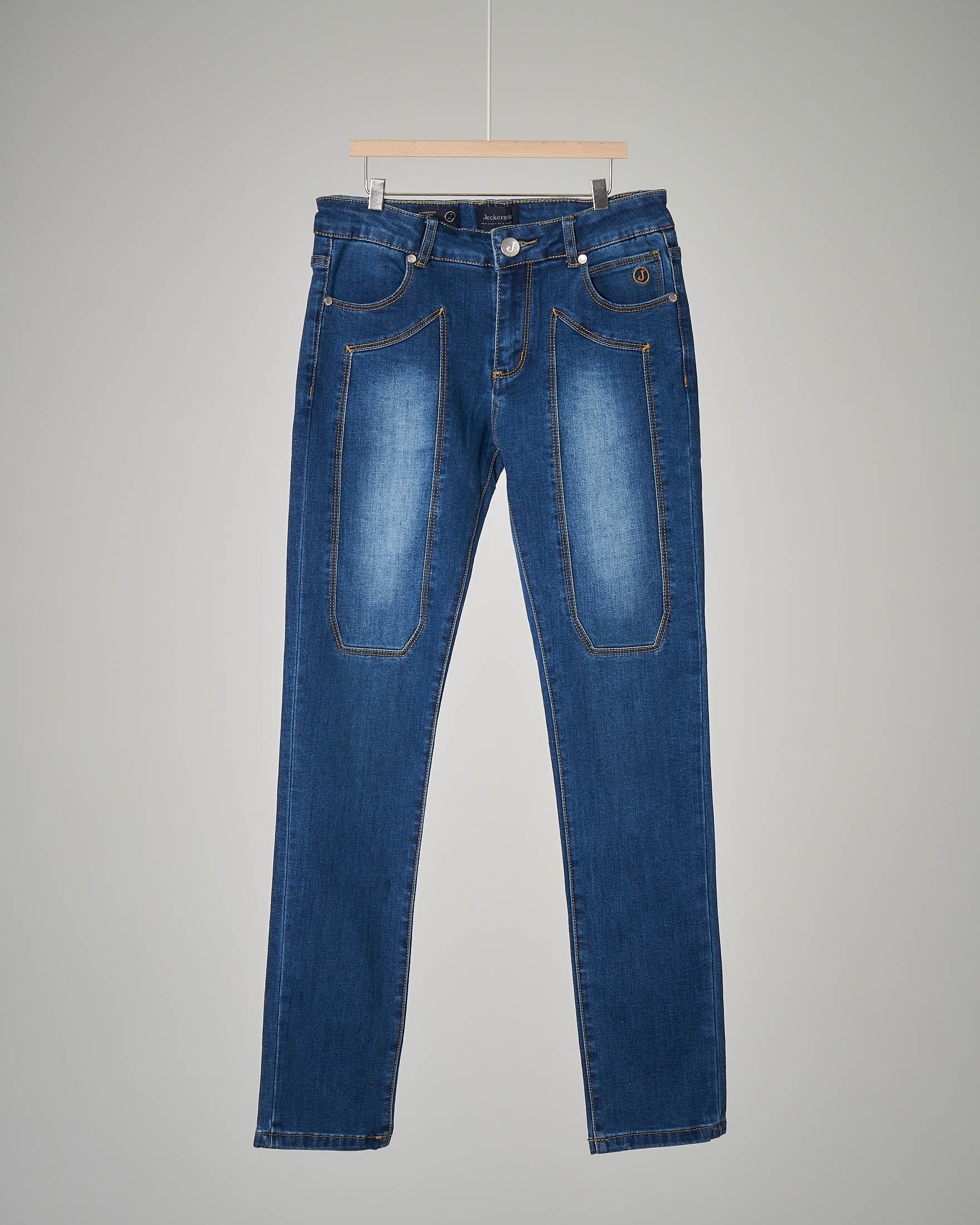 Jeans lavaggio-medio con sbiancature sulle toppe
