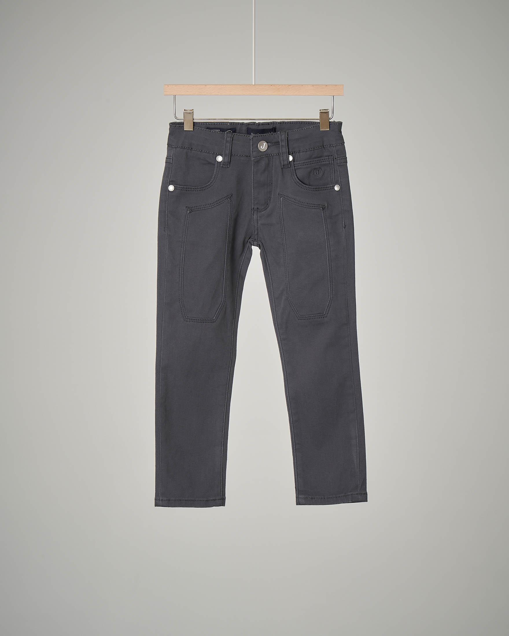 Pantalone cinque tasche grigio con toppa