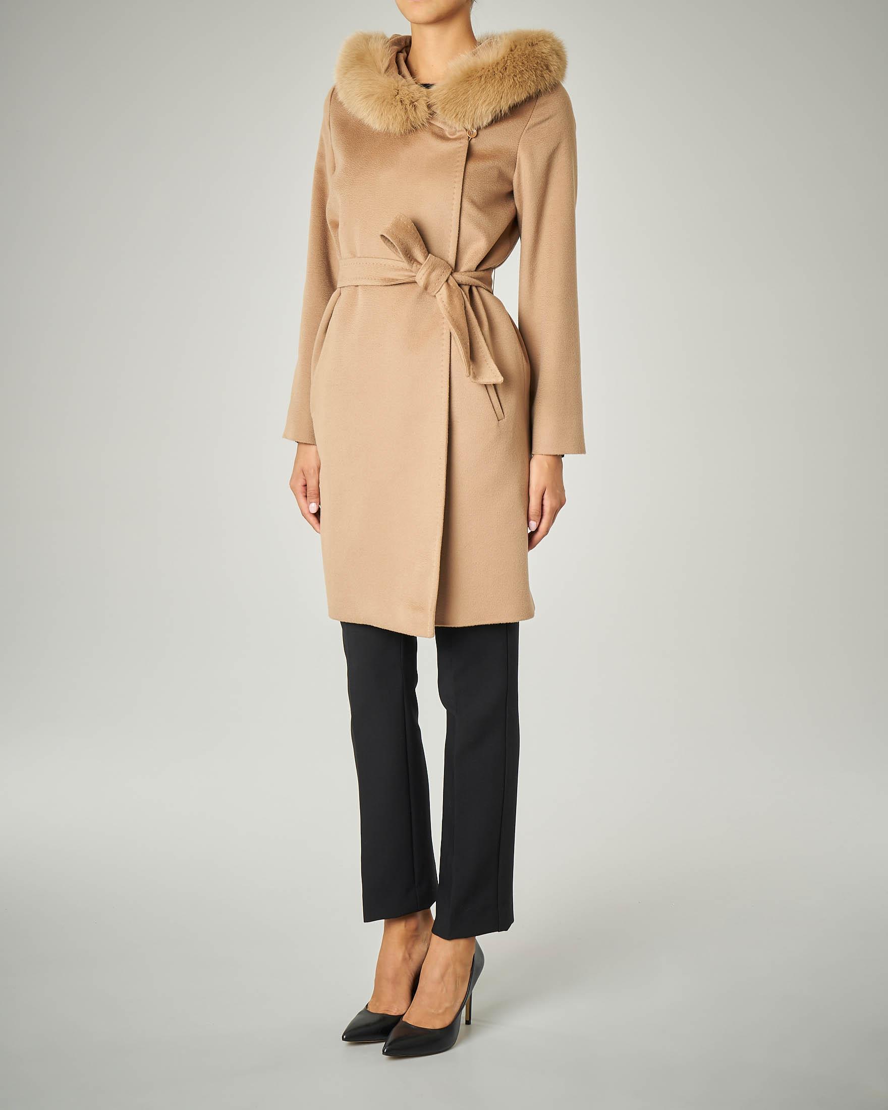 Cappotto cammello con cappuccio bordato in volpe