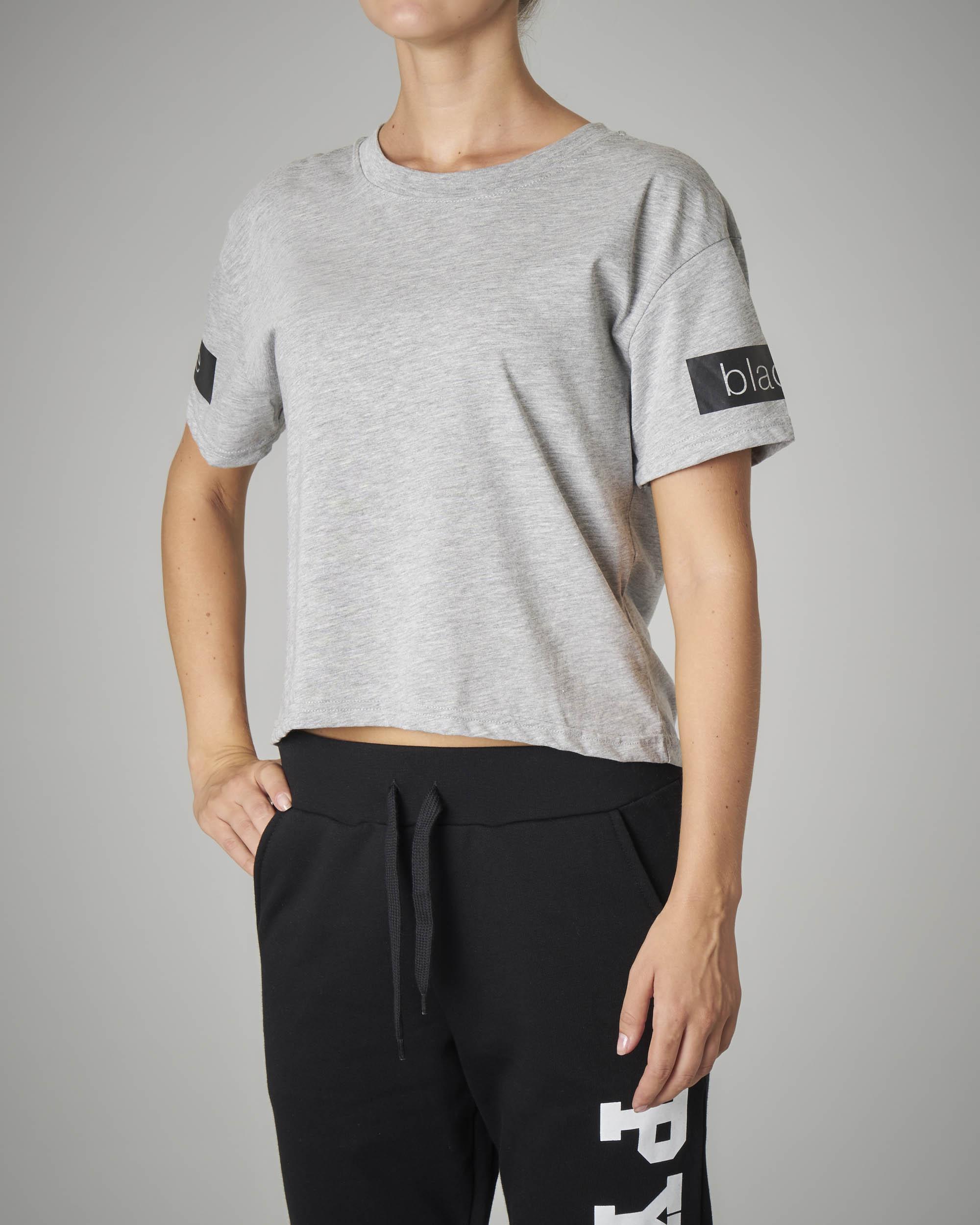 T-shirt crop grigia con logo sulla schiena