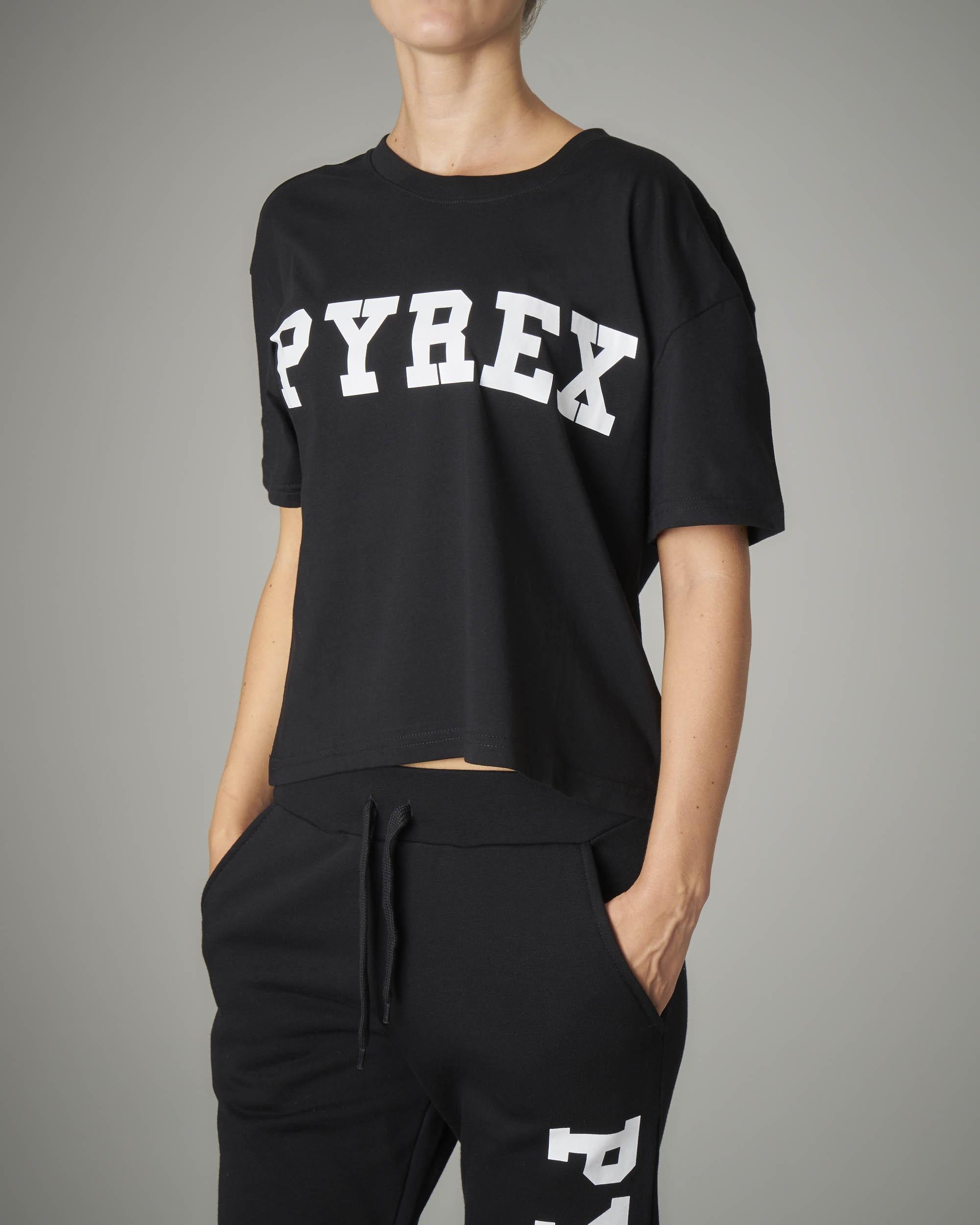 T-shirt crop nera con logo a tinta unita