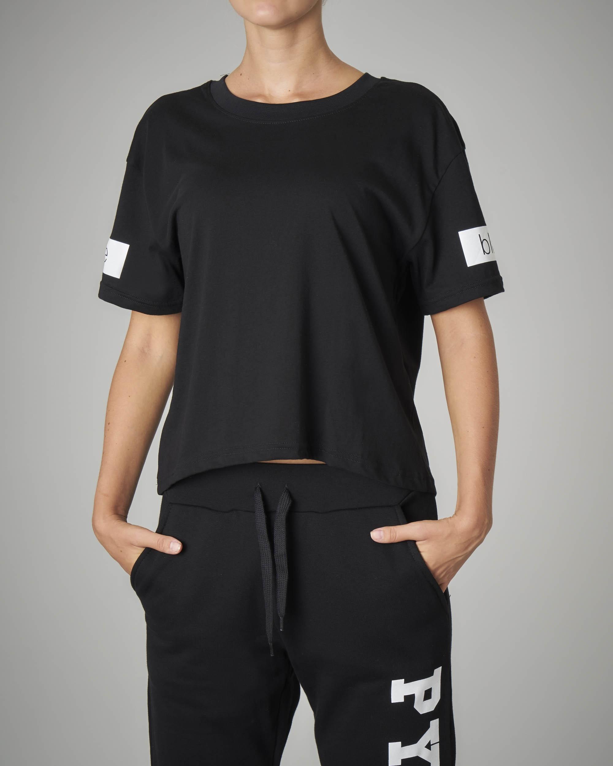 T-shirt crop nera con logo sulla schiena