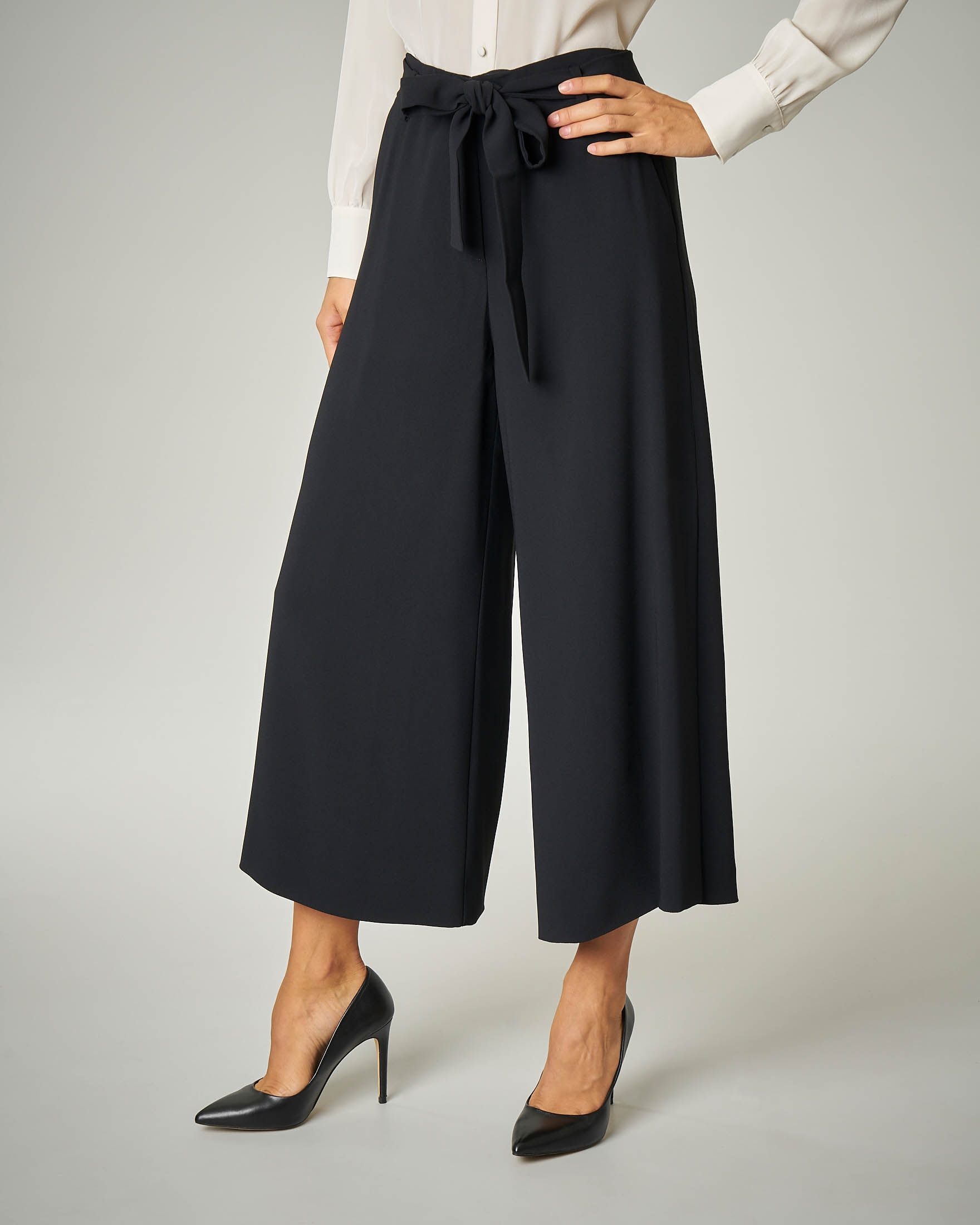 Pantalone nero alla caviglia con spacchi