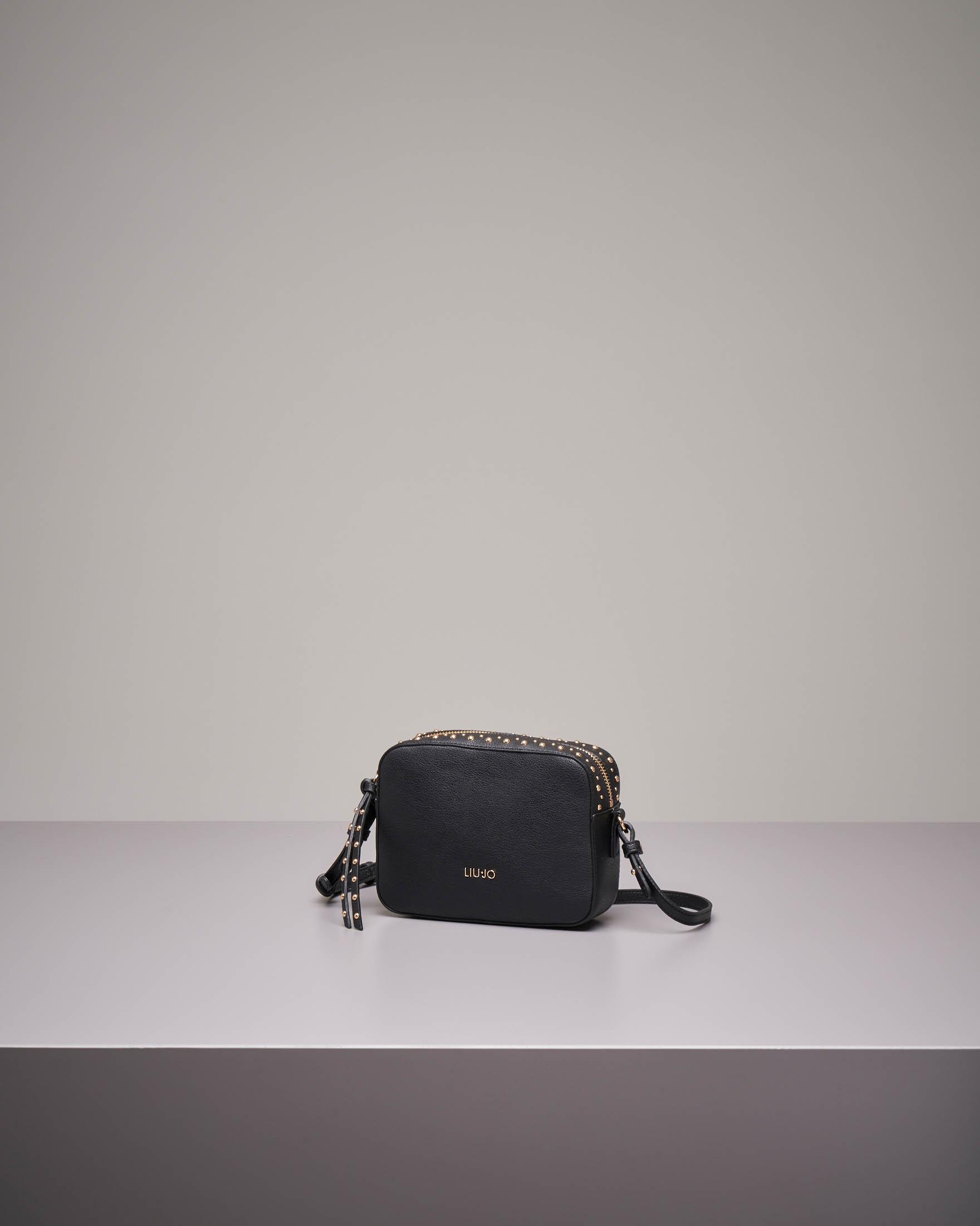 Cross bag nera in similpelle con borchie