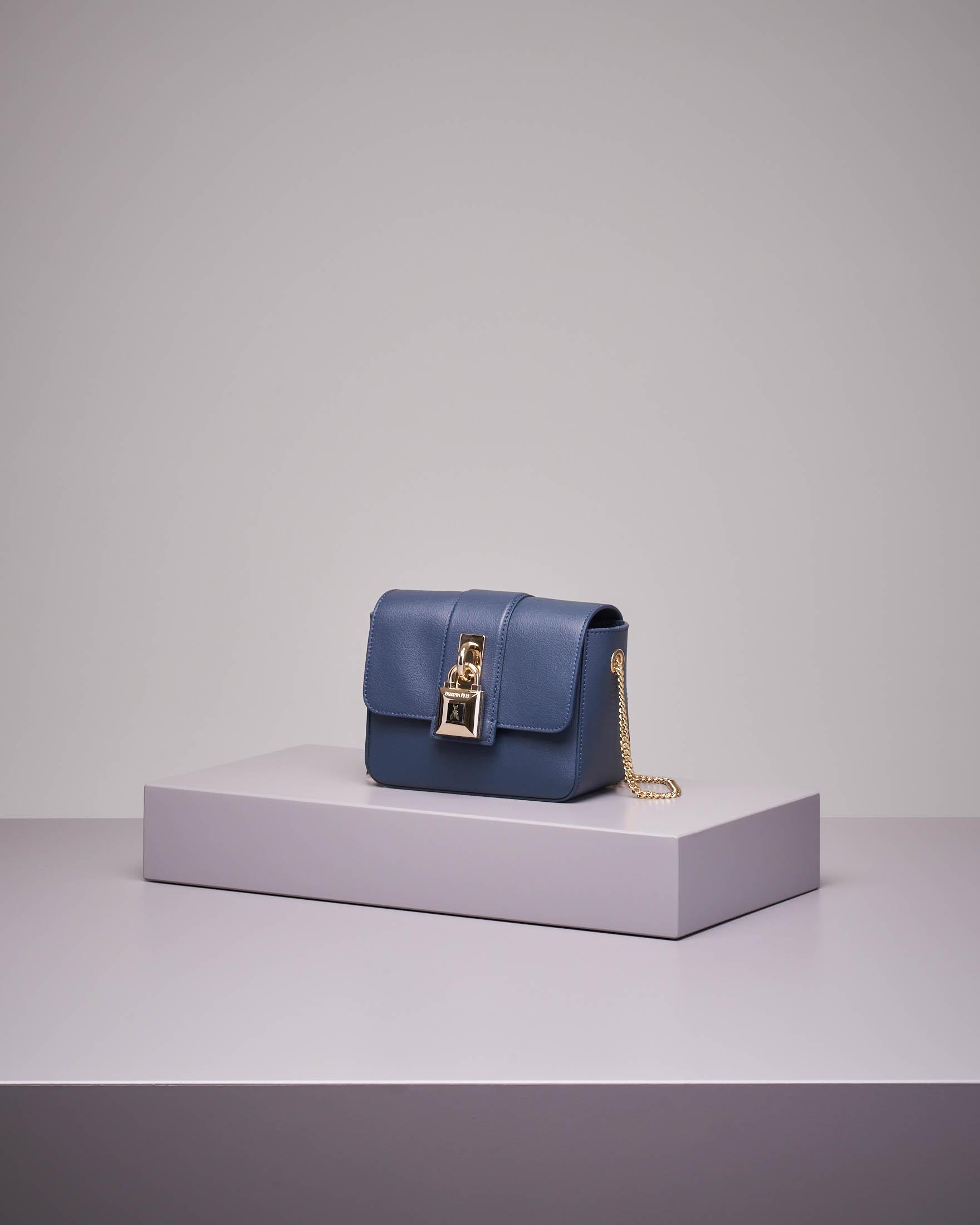 Cross bag mini in pelle blu con catena