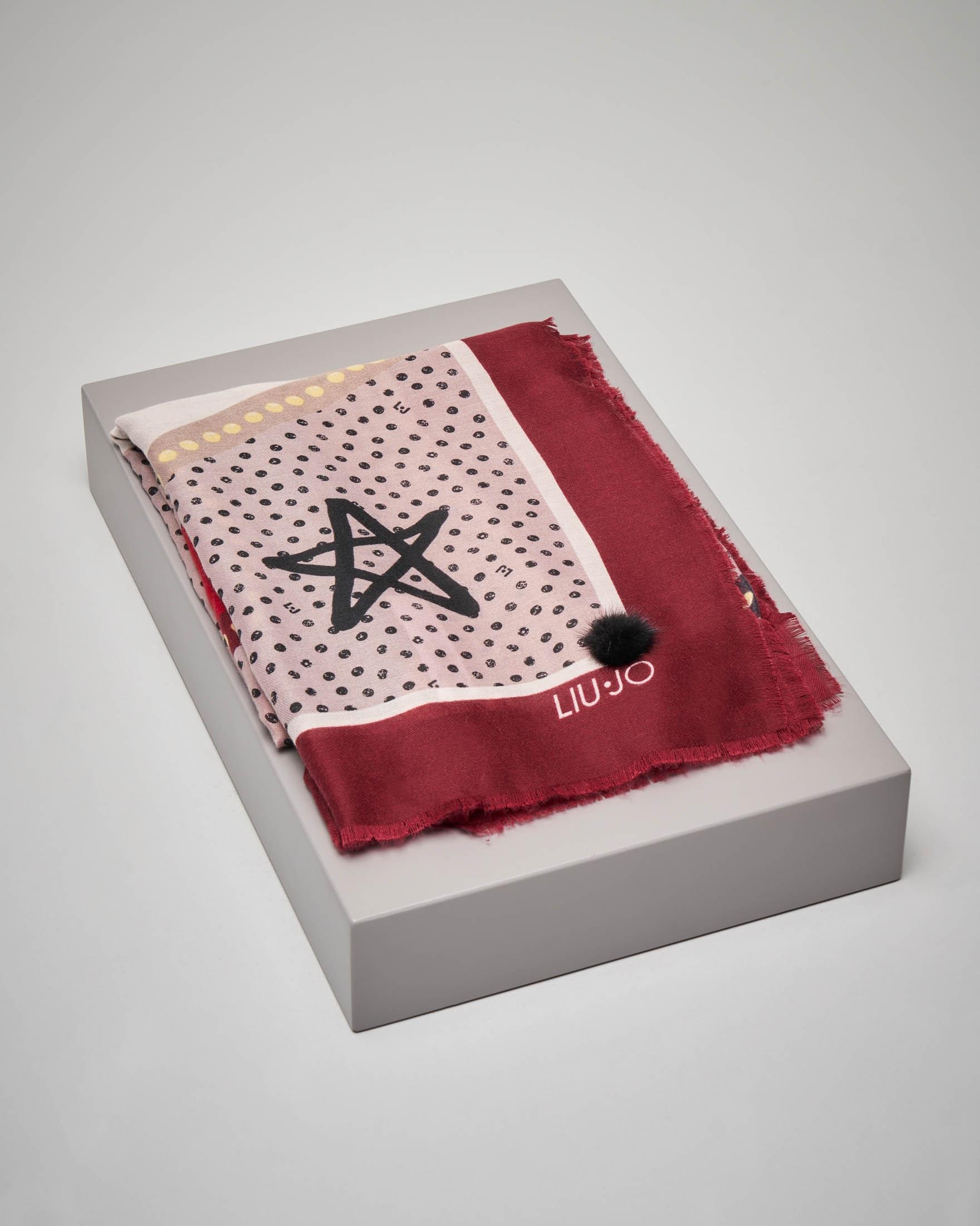 Maxi foulard fantasia logo con riquadro rosso e pon pon in pelliccia