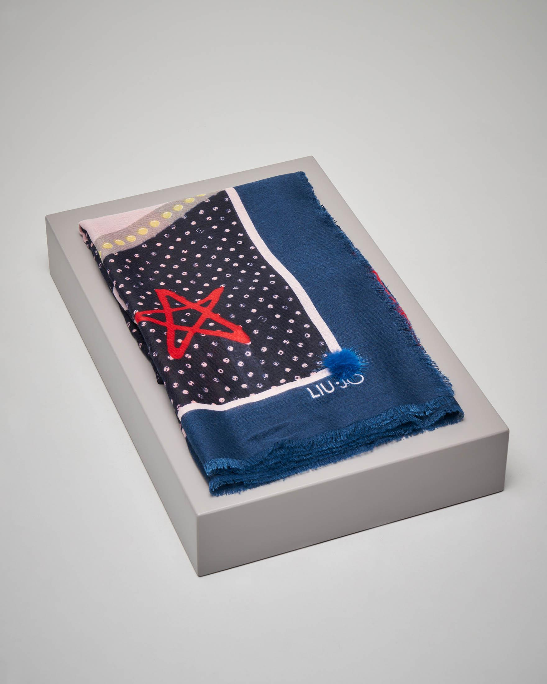 Maxi foulard fantasia logo con riquadro blu e pon pon in pelliccia