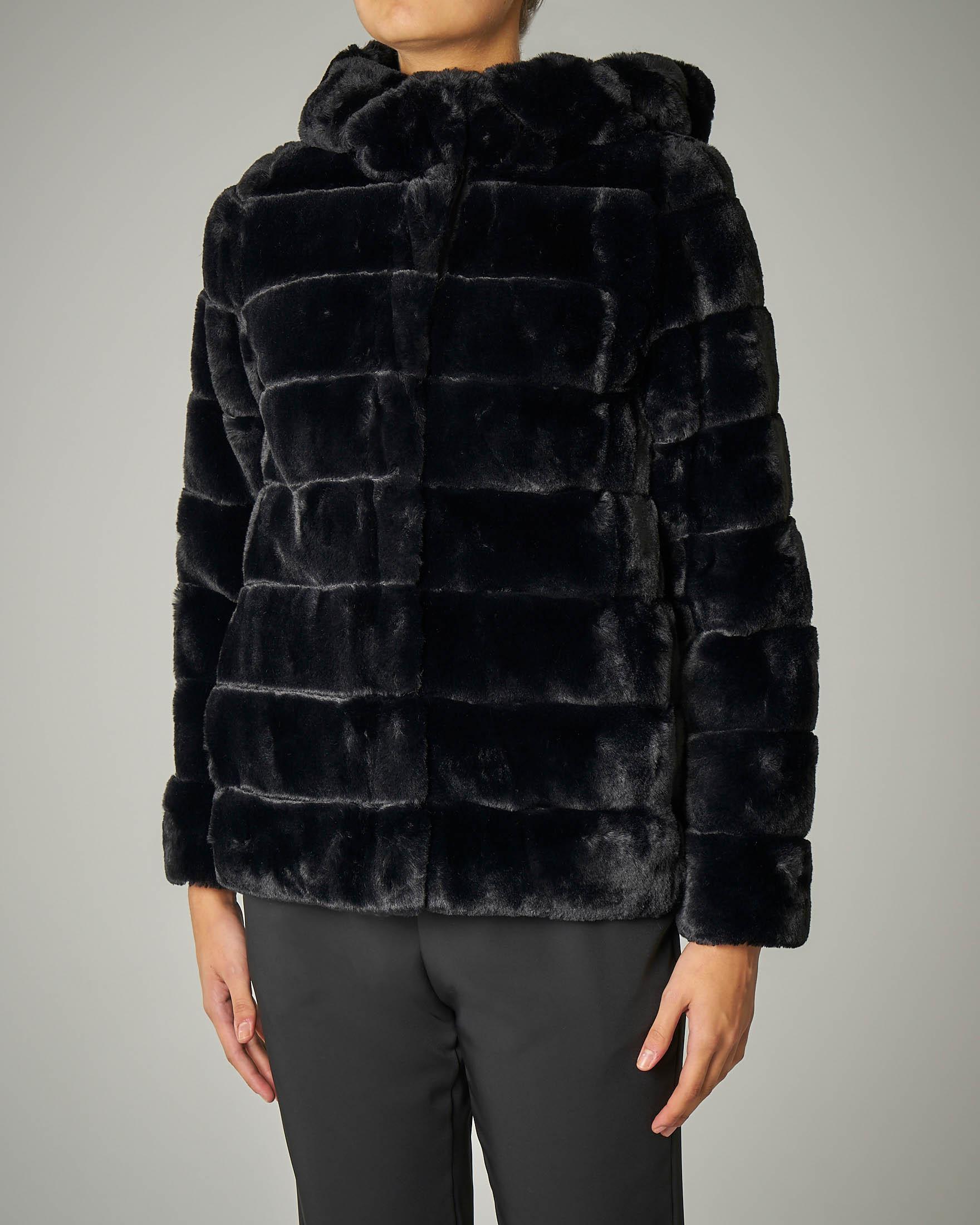 Eco pelliccia corta nera con cappuccio