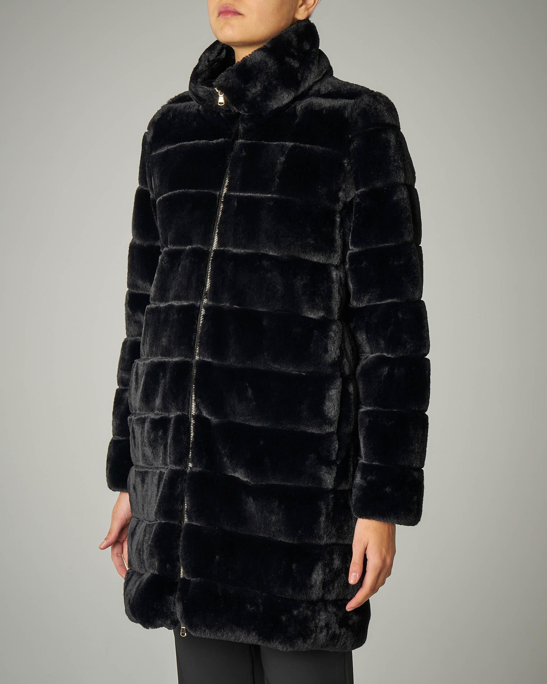 Eco pelliccia lunga nera con collo alto