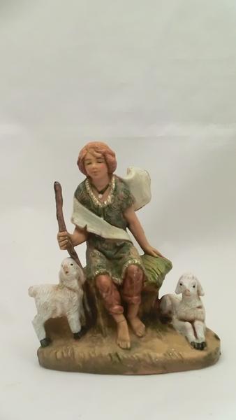 Ragazzo seduto con pecore cm 9,5