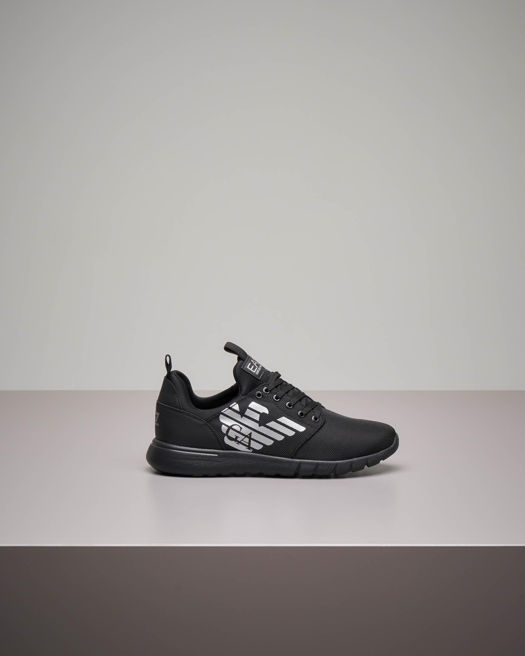 Sneakers nera con tomaia in mesh e suola tono su tono