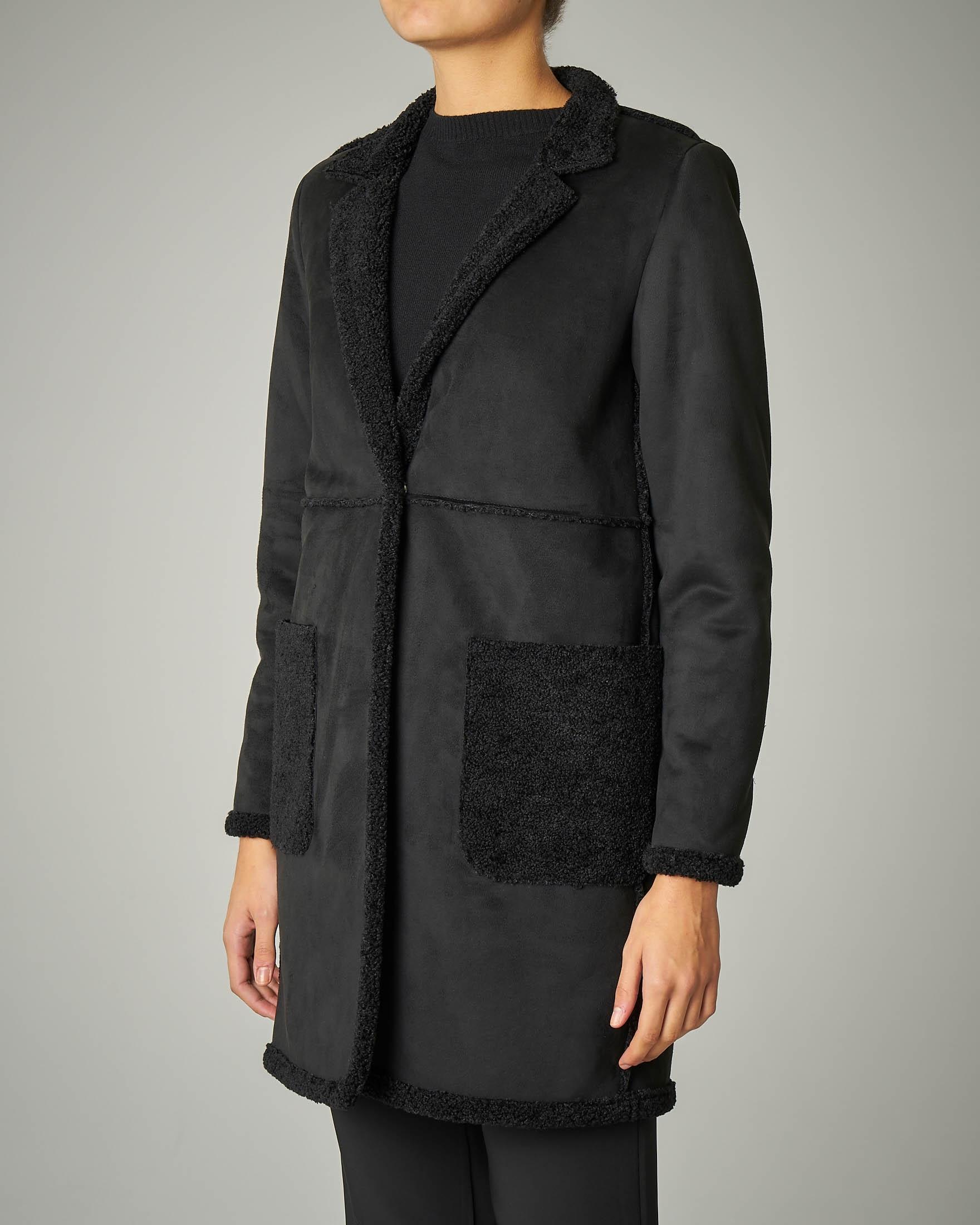 Cappotto in montone nero scamosciato