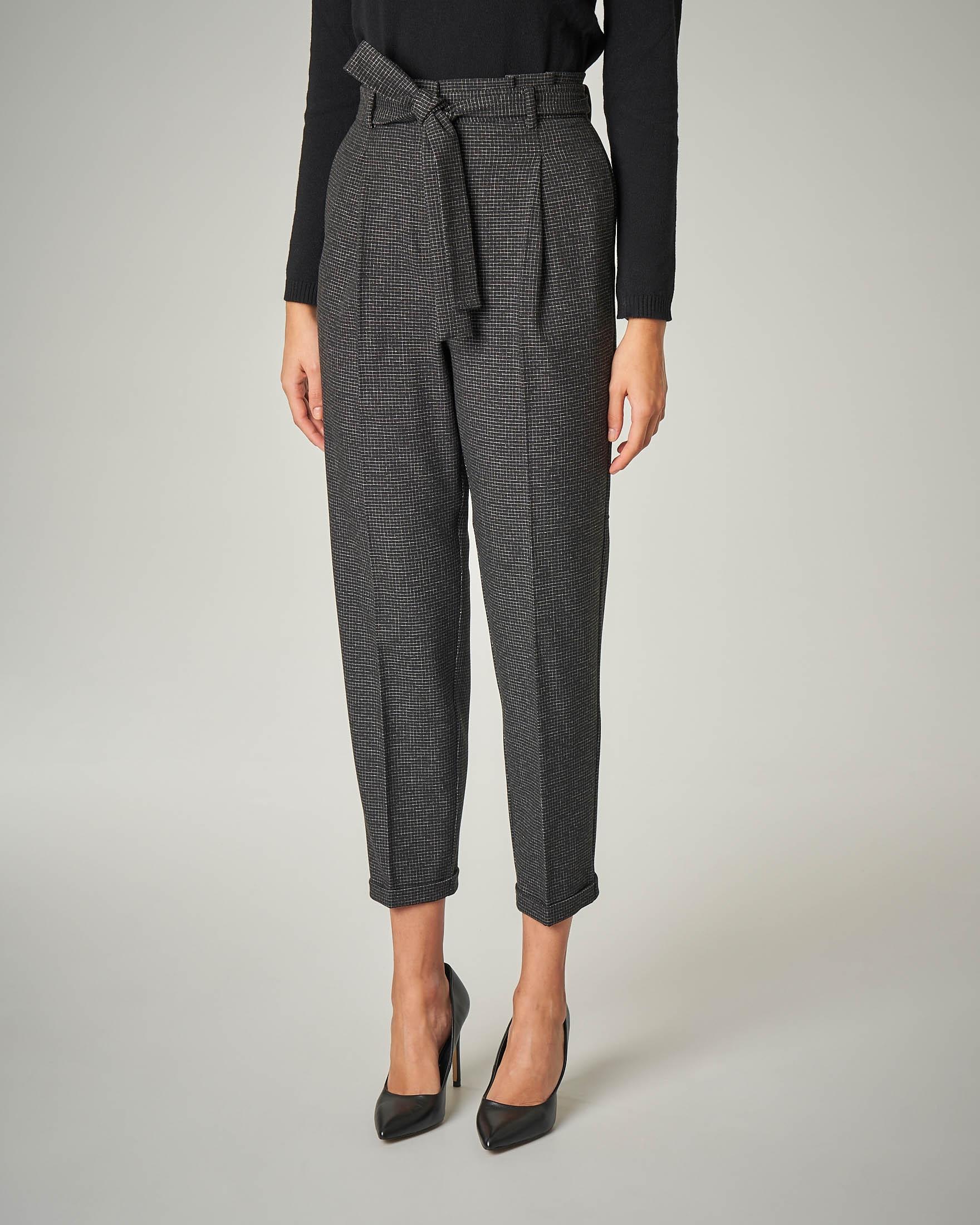 Pantaloni con pince fantasia micro quadretto grigio