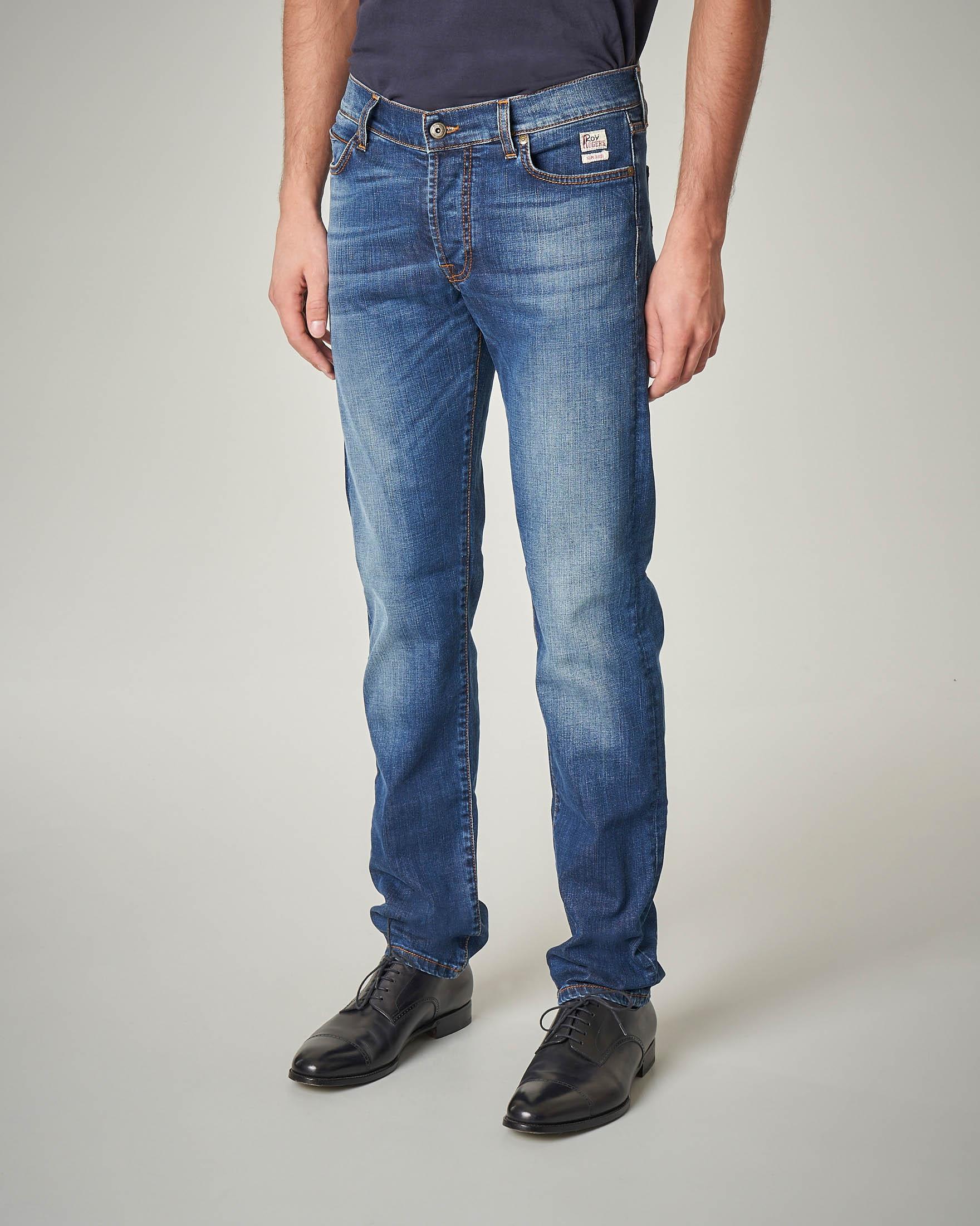 Jeans lavaggio medio-chiaro con sbiancature e vita alta