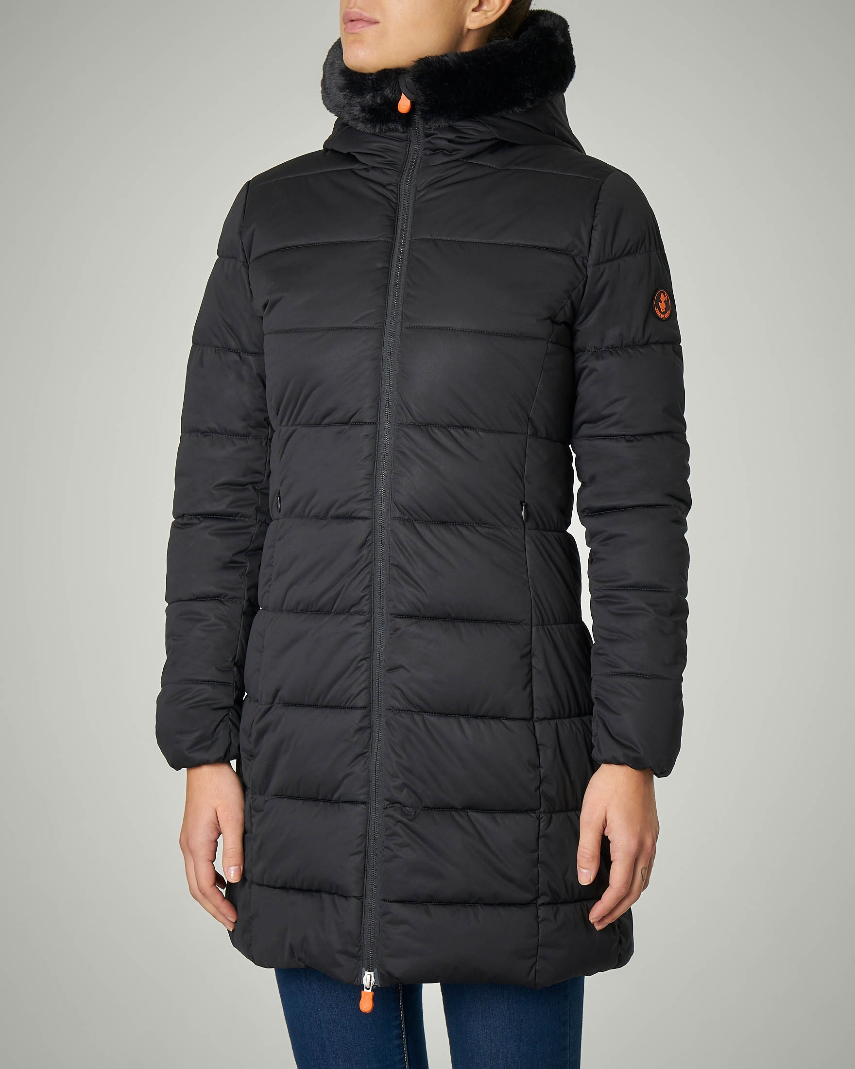 Piumino nero con cappuccio in eco pelliccia